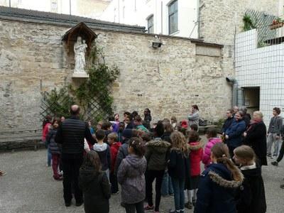 Oeuf de Pâques de 8 kg offert aux enfants du catéchisme