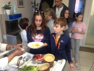 Service du dîner chez les Petites Soeurs des Pauvres