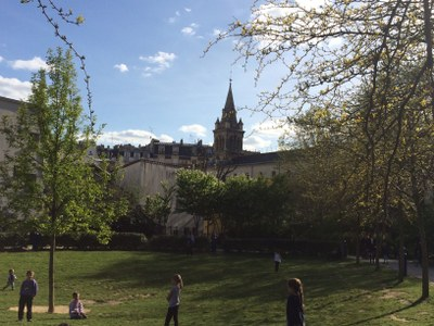 Père Bourgoin - L'église vue du jardin - Avril 2016